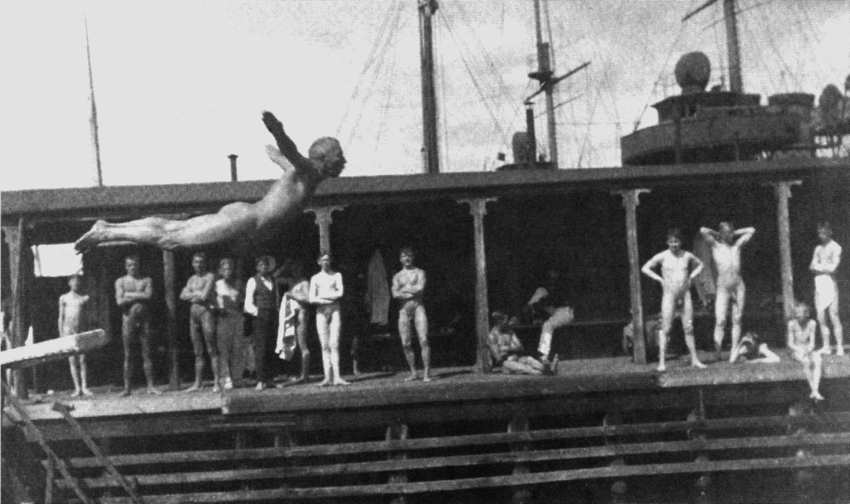 Eugène Jansson mentre si tuffa nei Flottans badhus