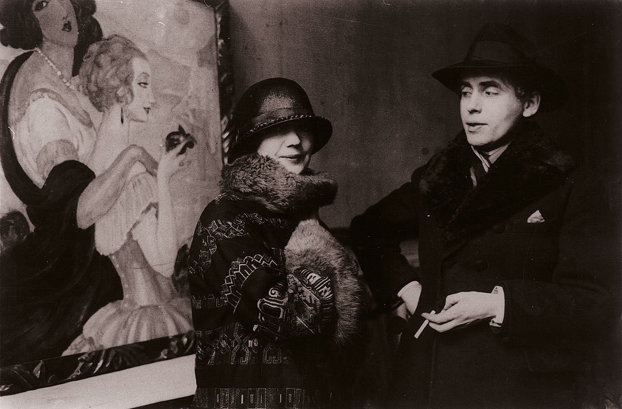 Gerda-and-Einar-Wegener-in-front-of-Gerda's-painting-Sur-la-route-dAnacapri-during-the-exhibition-in-Ole-Haslunds-Hus1924.-Photo-The-Royal-Library-Denmark